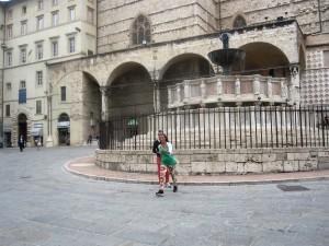 Barcaccia sfregiata un inferriata a Fontana Maggiore